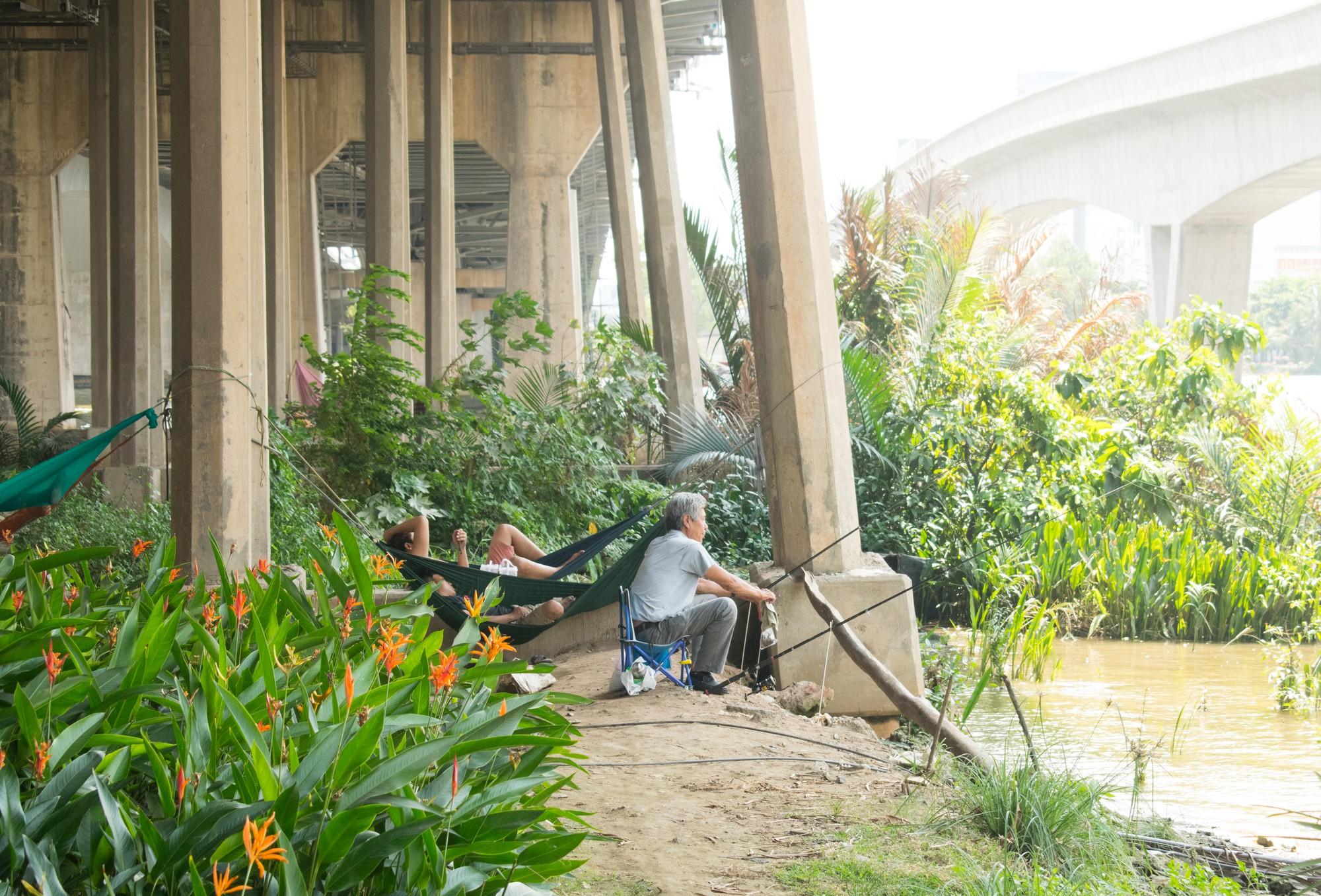 Sài Gòn nóng gần 40 độ C: Người dân xuống gầm cầu mắc võng ngủ trưa - Ảnh 7.