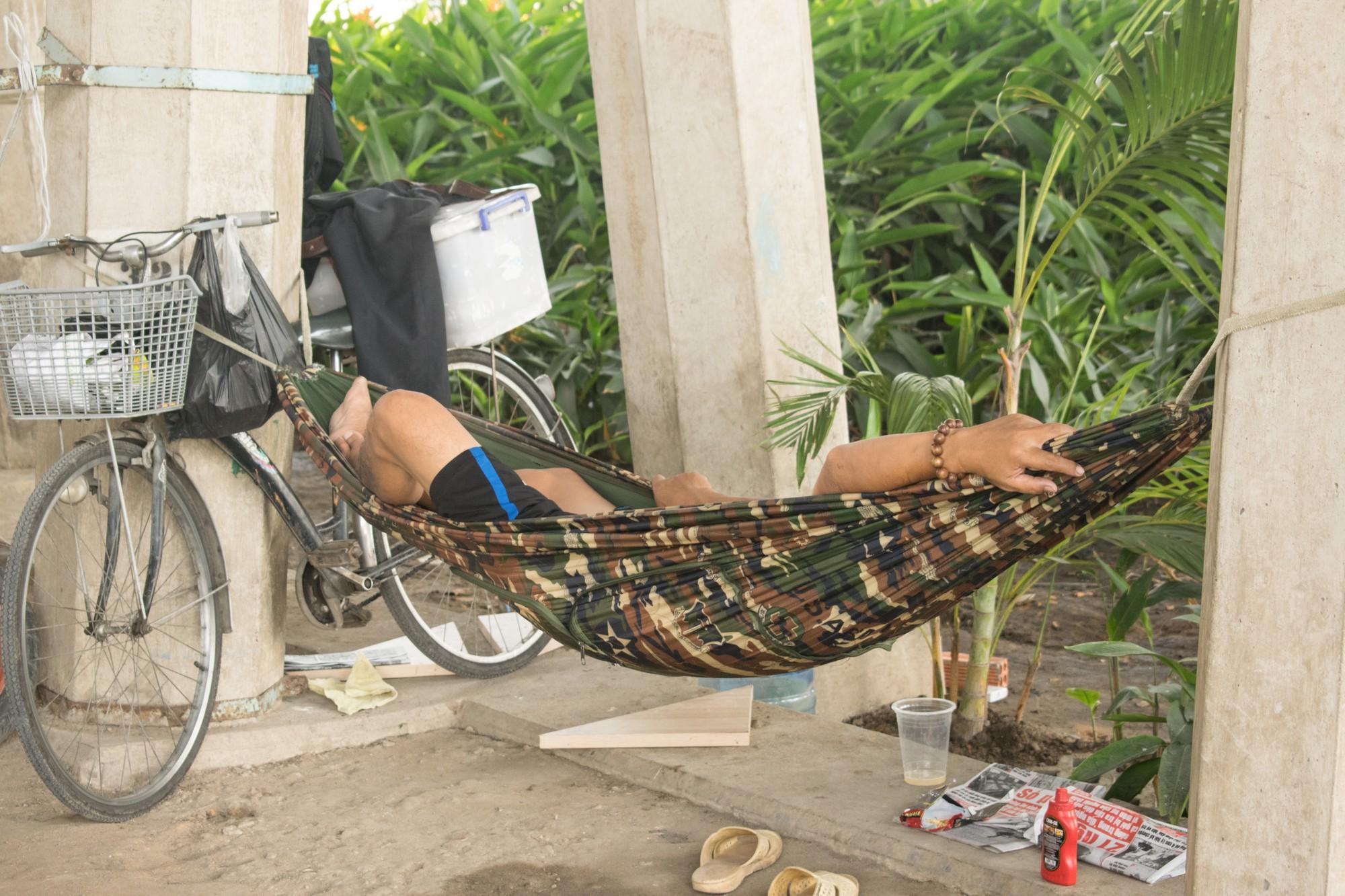 Sài Gòn nóng gần 40 độ C: Người dân xuống gầm cầu mắc võng ngủ trưa - Ảnh 5.