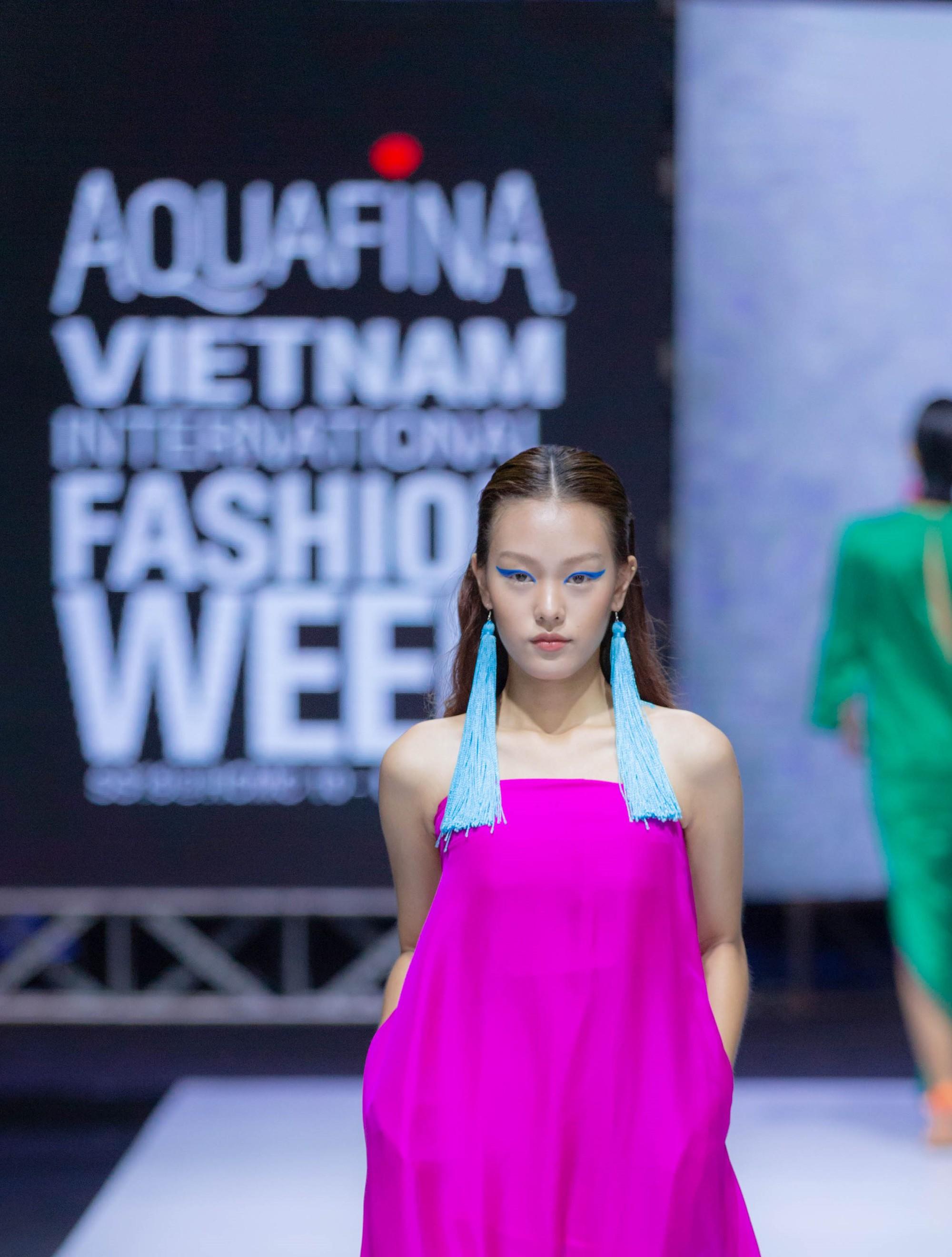 Những xu hướng trang điểm gây sốt tại Tuần lễ thời trang Việt Nam 2019  - Ảnh 4.