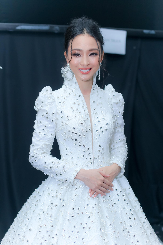 Những xu hướng trang điểm gây sốt tại Tuần lễ thời trang Việt Nam 2019  - Ảnh 6.