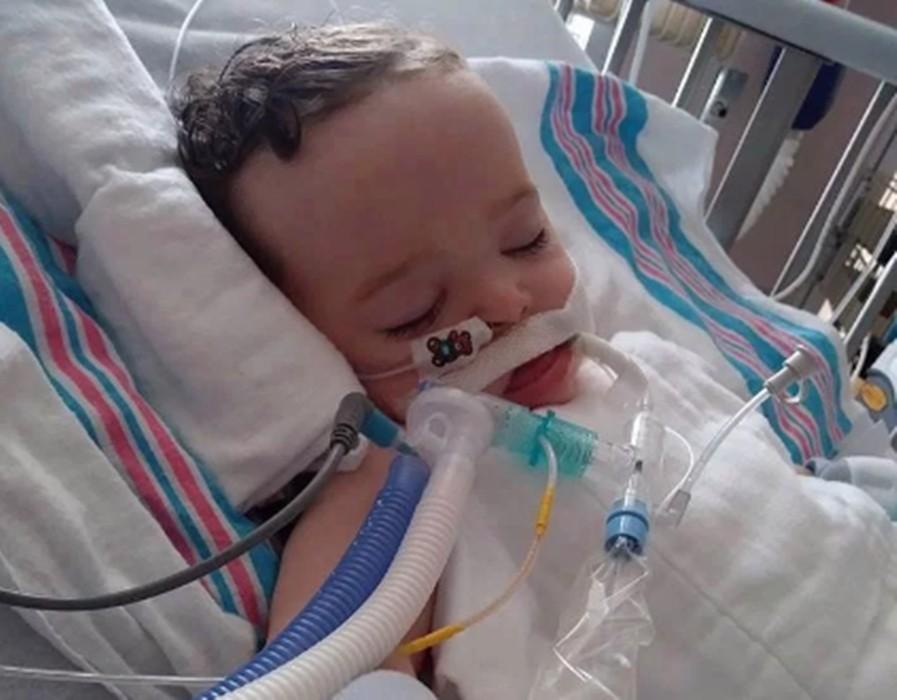 Bé 2 tuổi nhập viện khẩn cấp do nuốt nhầm viên thuốc tẩy quần áo - Ảnh 1.