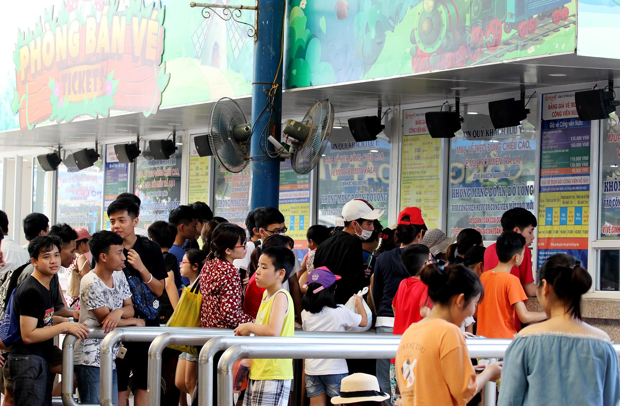 Hà Nội: Gần 1 vạn người đổ về công viên Hồ Tây ngày cuối tuần - Ảnh 1.