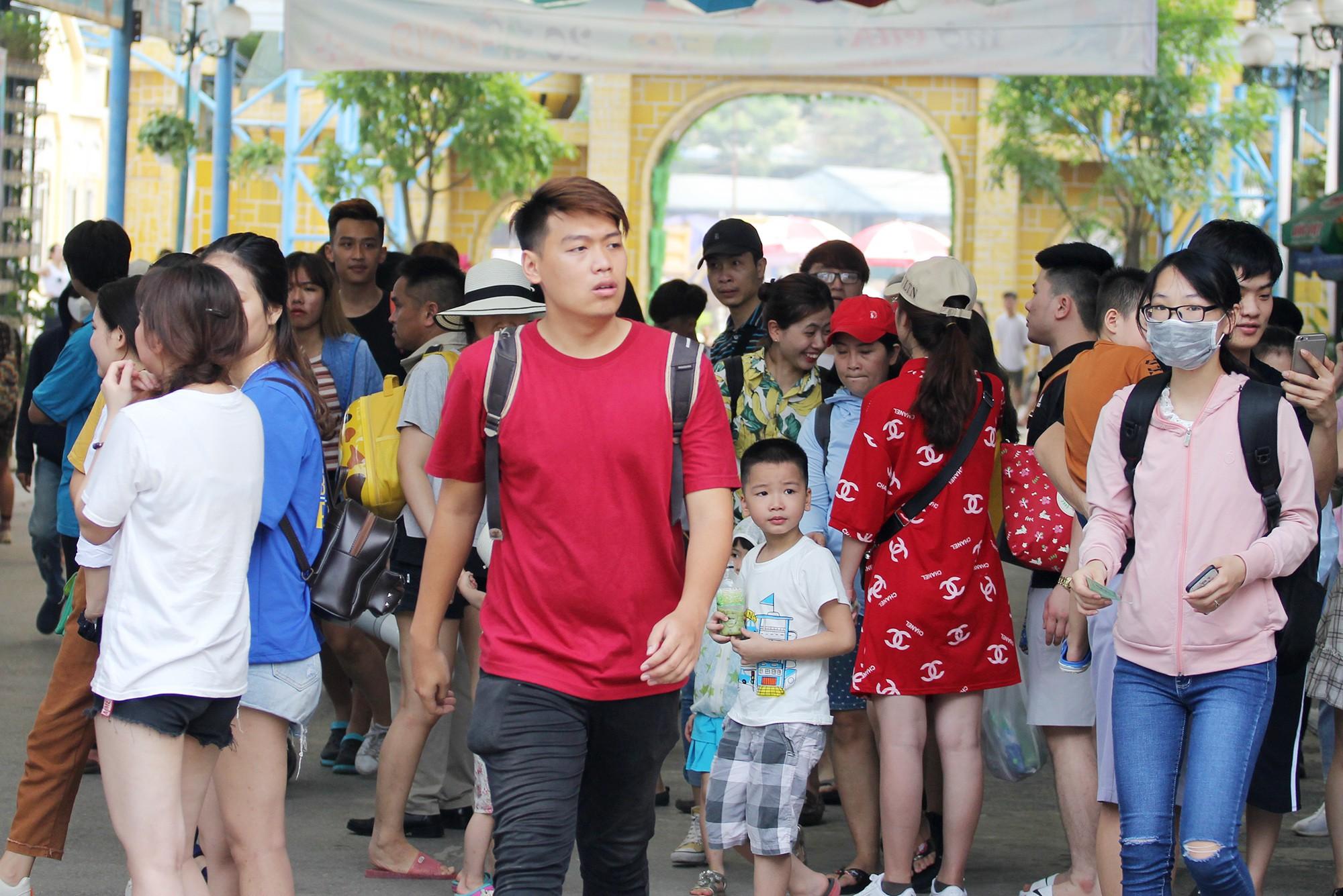 Hà Nội: Gần 1 vạn người đổ về công viên Hồ Tây ngày cuối tuần - Ảnh 2.
