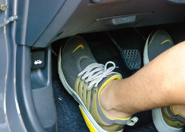 Đạp chân ga ôtô như thế nào để ít hao xăng và giữ an toàn? - Ảnh 1.