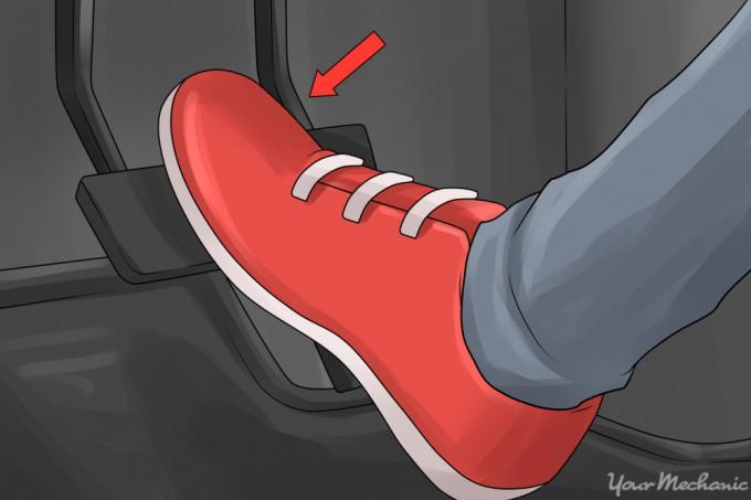 Đạp chân ga ôtô như thế nào để ít hao xăng và giữ an toàn? - Ảnh 2.