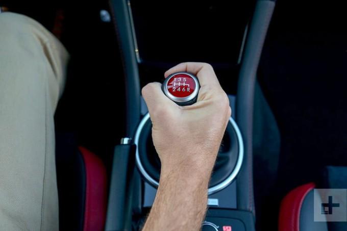 Đạp chân ga ôtô như thế nào để ít hao xăng và giữ an toàn? - Ảnh 4.