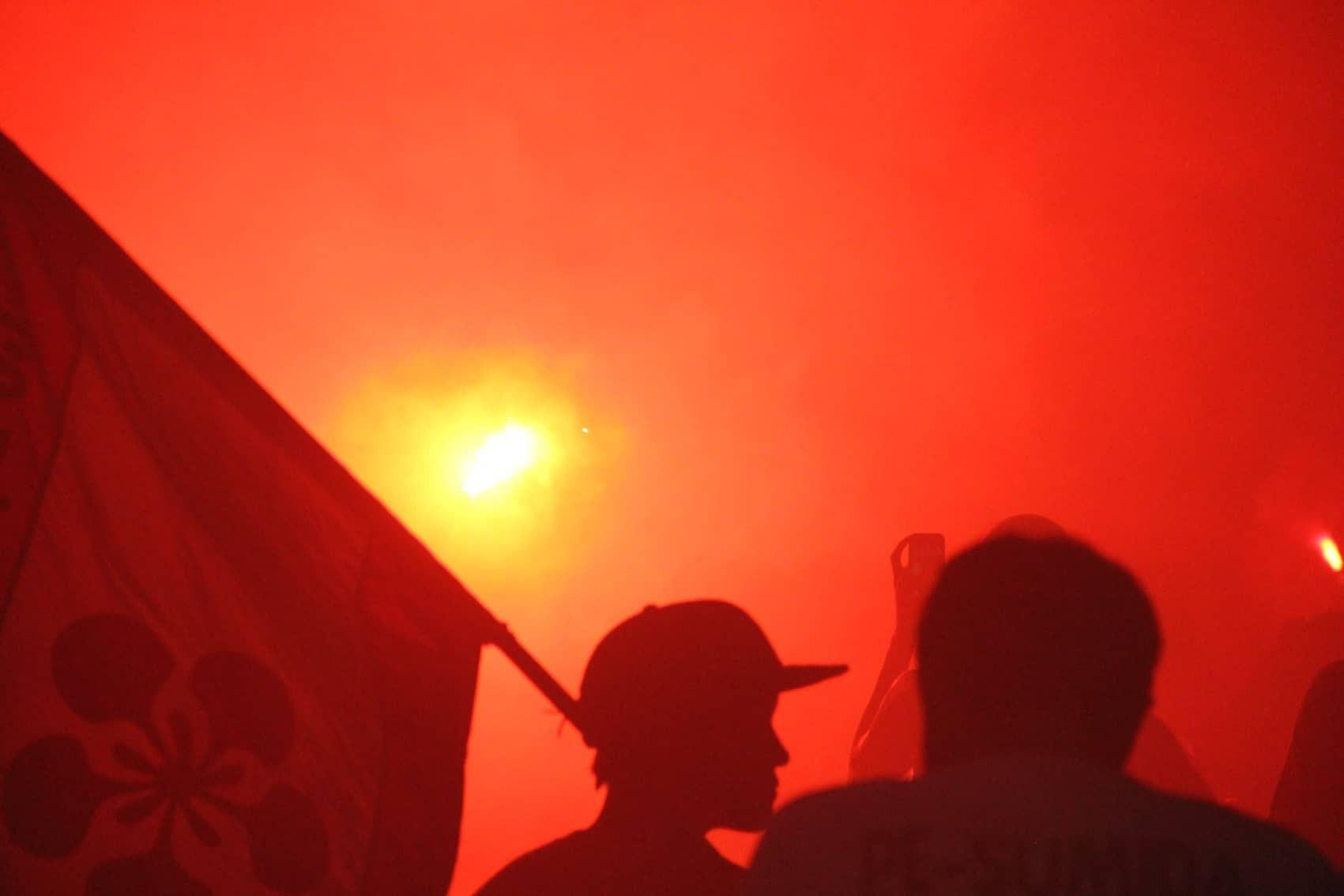 Pháo sáng CĐV Hải Phòng nhuộm đỏ sân Hàng Đẫy - Ảnh 3.