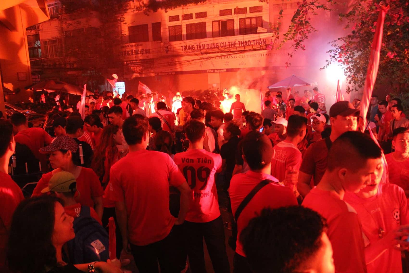 Pháo sáng CĐV Hải Phòng nhuộm đỏ sân Hàng Đẫy - Ảnh 2.