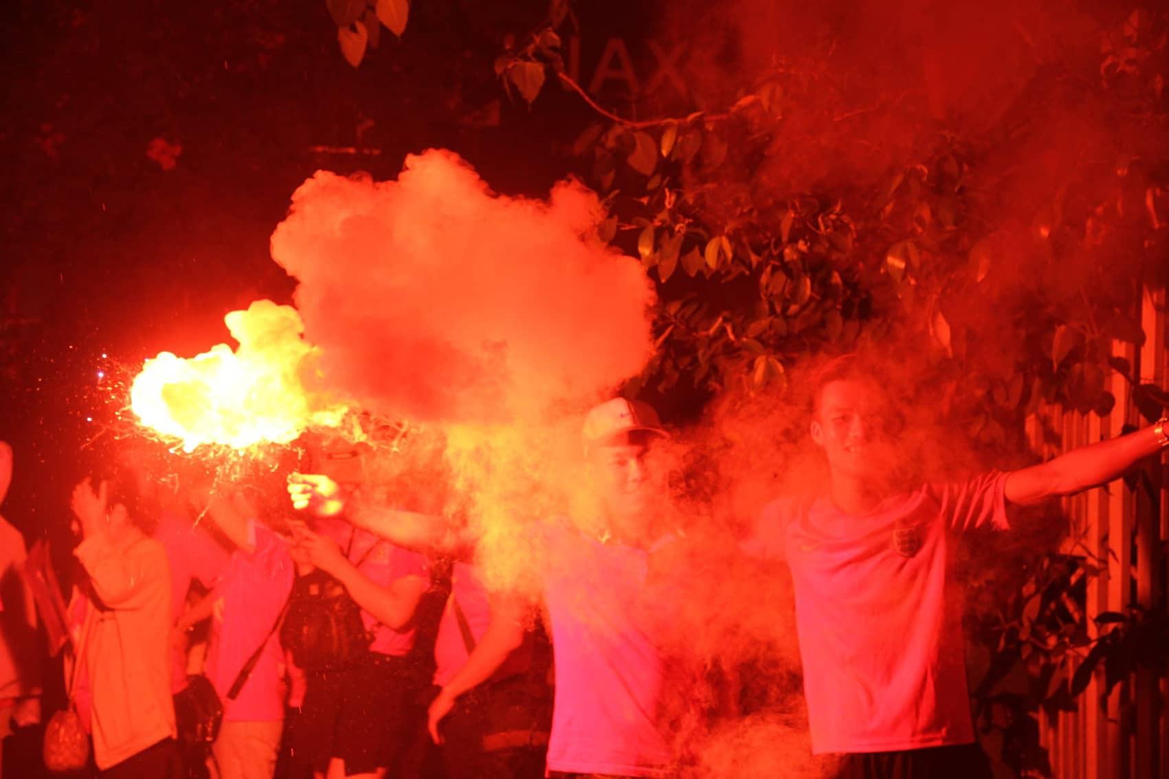 Pháo sáng CĐV Hải Phòng nhuộm đỏ sân Hàng Đẫy - Ảnh 7.