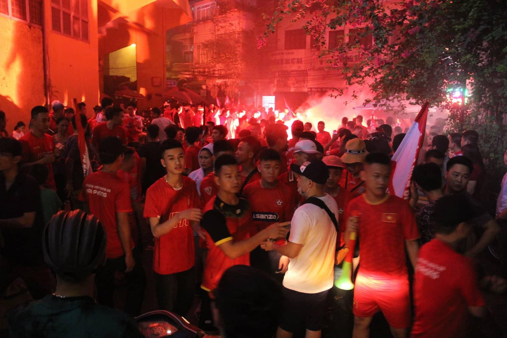Pháo sáng CĐV Hải Phòng nhuộm đỏ sân Hàng Đẫy - Ảnh 1.
