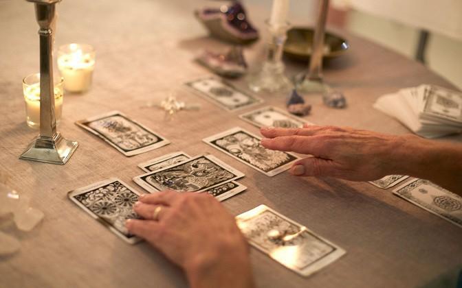 """Tử vi hôm nay (22/4) qua lá bài Tarot: Phân vân ở """"ngã ba đường"""""""