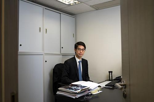 Con trai trùm địa ốc Hong Kong phải tiết kiệm tiền mua nhà - Ảnh 1.