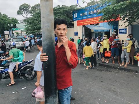 Nắng nóng kéo dài, bệnh viện ở Sài Gòn đông nghịt - người già trẻ nhỏ khổ sở vào viện - Ảnh 1.