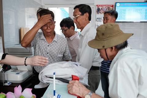 Nắng nóng kéo dài, bệnh viện ở Sài Gòn đông nghịt - người già trẻ nhỏ khổ sở vào viện - Ảnh 10.