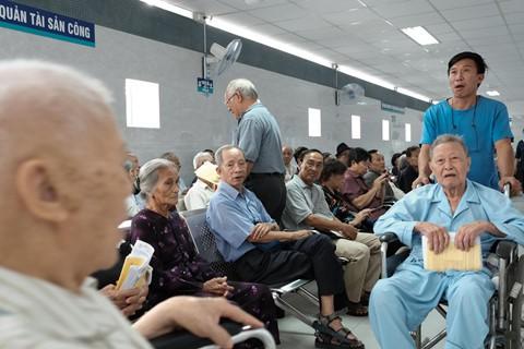 Nắng nóng kéo dài, bệnh viện ở Sài Gòn đông nghịt - người già trẻ nhỏ khổ sở vào viện - Ảnh 11.