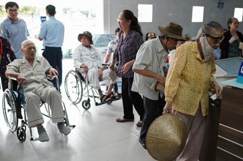 Nắng nóng kéo dài, bệnh viện ở Sài Gòn đông nghịt - người già trẻ nhỏ khổ sở vào viện - Ảnh 12.
