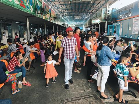 Nắng nóng kéo dài, bệnh viện ở Sài Gòn đông nghịt - người già trẻ nhỏ khổ sở vào viện - Ảnh 2.