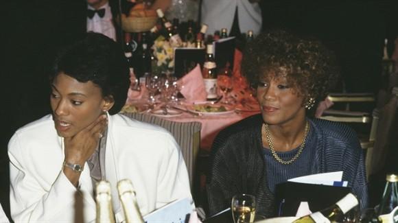Mối tình đồng tính của Whitney Houston lần đầu tiên được tiết lộ khiến nhiều người bất ngờ - Ảnh 2.