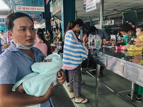 Nắng nóng kéo dài, bệnh viện ở Sài Gòn đông nghịt - người già trẻ nhỏ khổ sở vào viện - Ảnh 3.