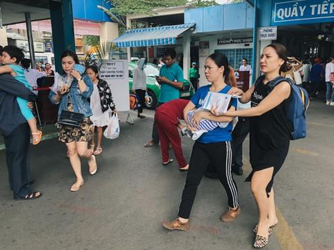 Nắng nóng kéo dài, bệnh viện ở Sài Gòn đông nghịt - người già trẻ nhỏ khổ sở vào viện - Ảnh 5.