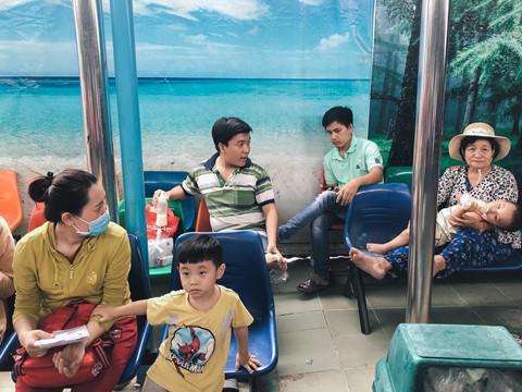Nắng nóng kéo dài, bệnh viện ở Sài Gòn đông nghịt - người già trẻ nhỏ khổ sở vào viện - Ảnh 7.