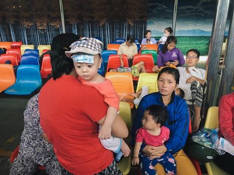 Nắng nóng kéo dài, bệnh viện ở Sài Gòn đông nghịt - người già trẻ nhỏ khổ sở vào viện - Ảnh 8.