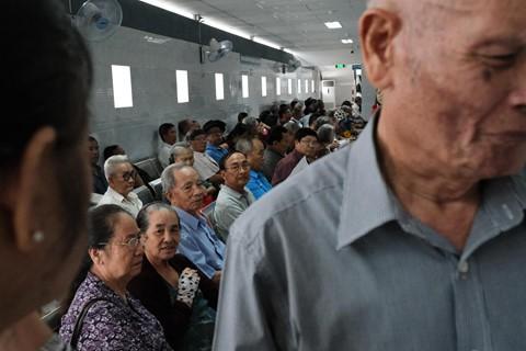 Nắng nóng kéo dài, bệnh viện ở Sài Gòn đông nghịt - người già trẻ nhỏ khổ sở vào viện - Ảnh 9.