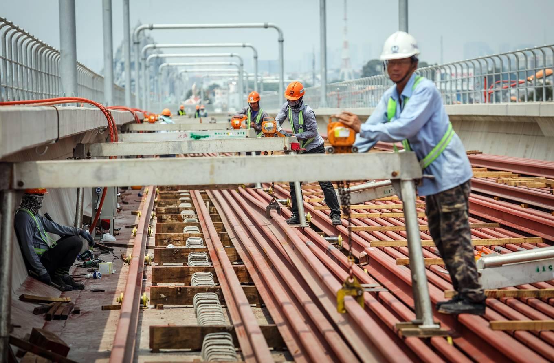 Công nhân metro Sài Gòn phơi mình thi công dưới nắng nóng - Ảnh 3.