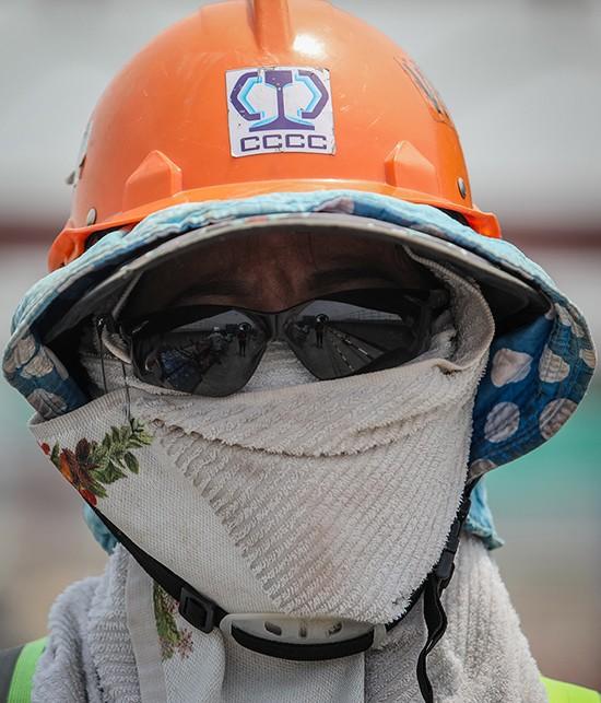 Công nhân metro Sài Gòn phơi mình thi công dưới nắng nóng - Ảnh 4.