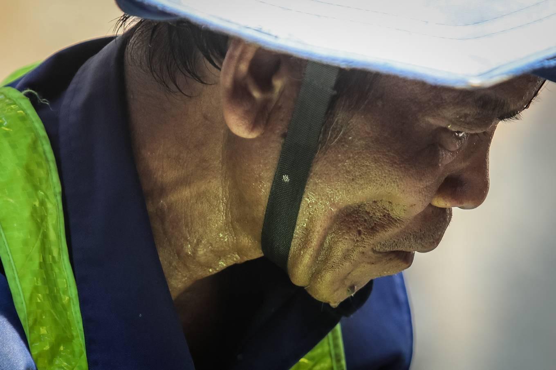Công nhân metro Sài Gòn phơi mình thi công dưới nắng nóng - Ảnh 7.