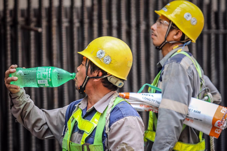 Công nhân metro Sài Gòn phơi mình thi công dưới nắng nóng - Ảnh 9.