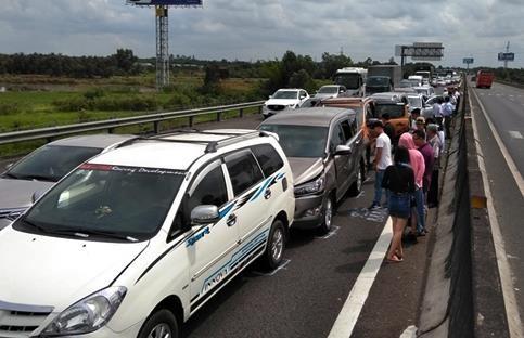 8 ôtô tông liên hoàn trên cao tốc Trung Lương, giao thông ùn tắc 10 km - Ảnh 1.
