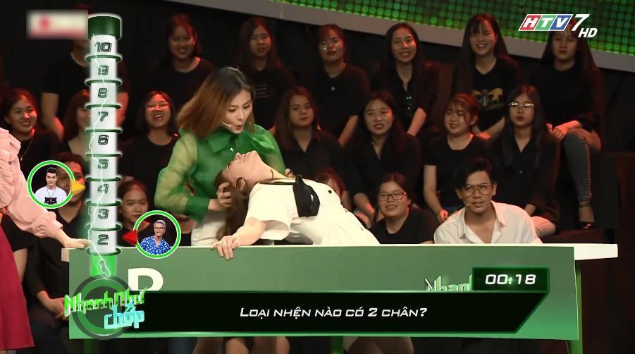 Vân Trang bị chỉ trích vì nhắc bài lộ liễu, làm lố tại Nhanh như chớp - Ảnh 2.