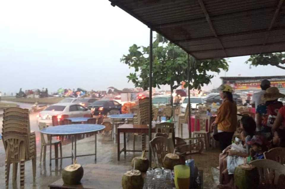 Mưa to gió lớn, du khách nháo nhào tháo chạy khỏi bờ biển Hà Tĩnh - Ảnh 5.