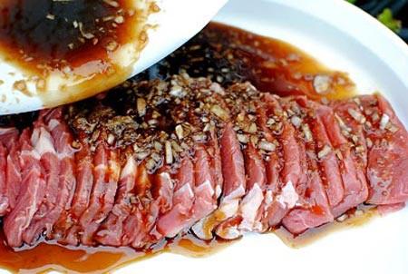 Tối nay ăn gì: Trổ tài nấu bún thịt nướng, salad Nga chiêu đãi cả nhà tối đầu tuần - Ảnh 2.