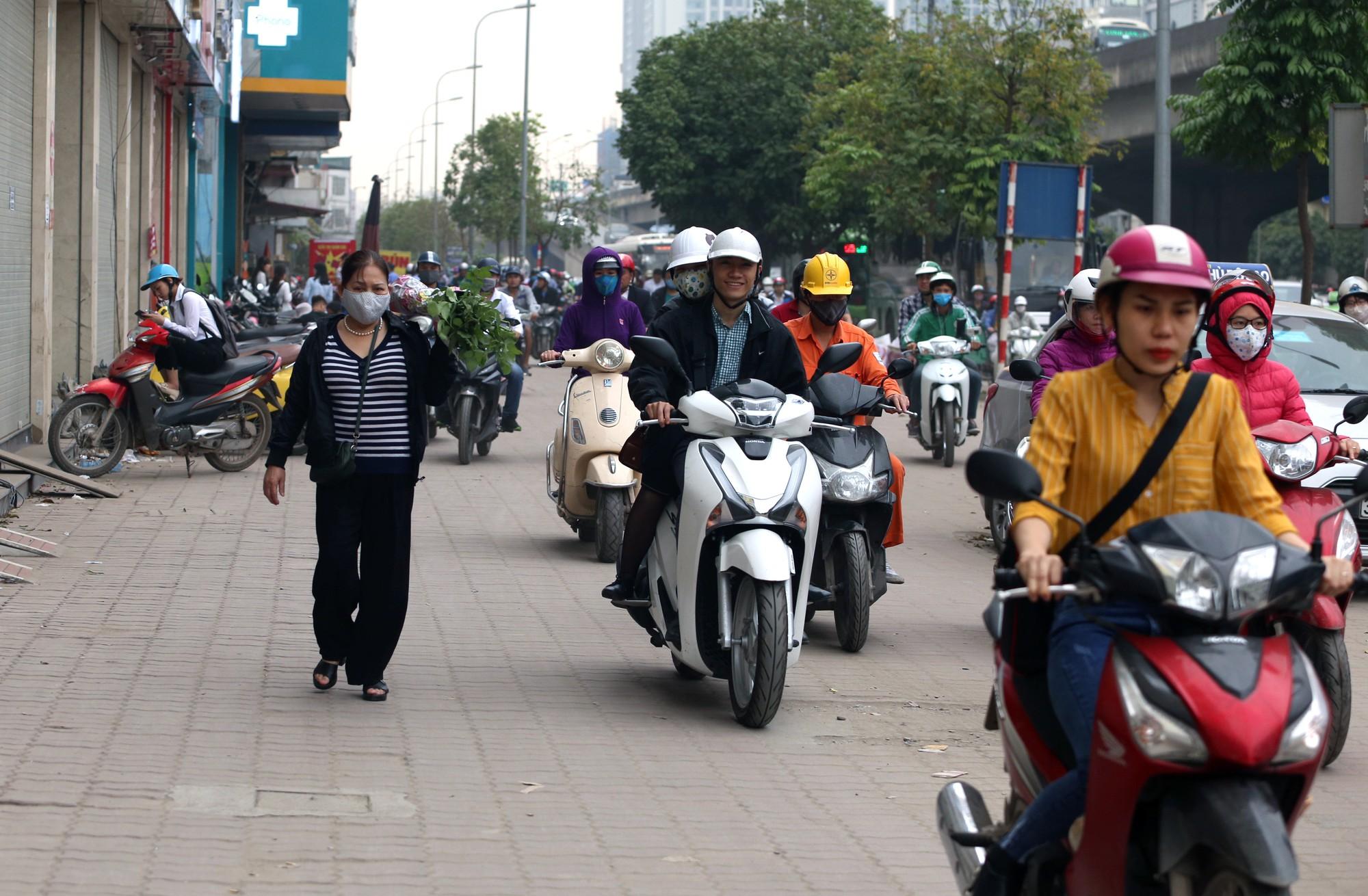 Đường Vành đai 3 xén xong dải phân cách chống ùn tắc, xe máy vẫn phải lao lên vỉa hè  - Ảnh 11.