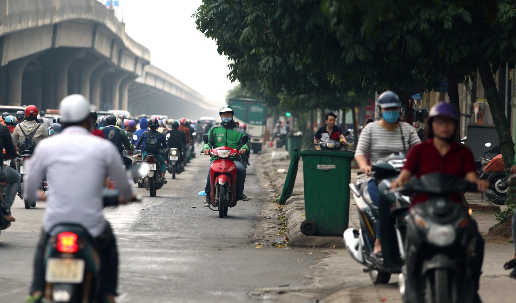 Đường Vành đai 3 xén xong dải phân cách chống ùn tắc, xe máy vẫn phải lao lên vỉa hè  - Ảnh 12.