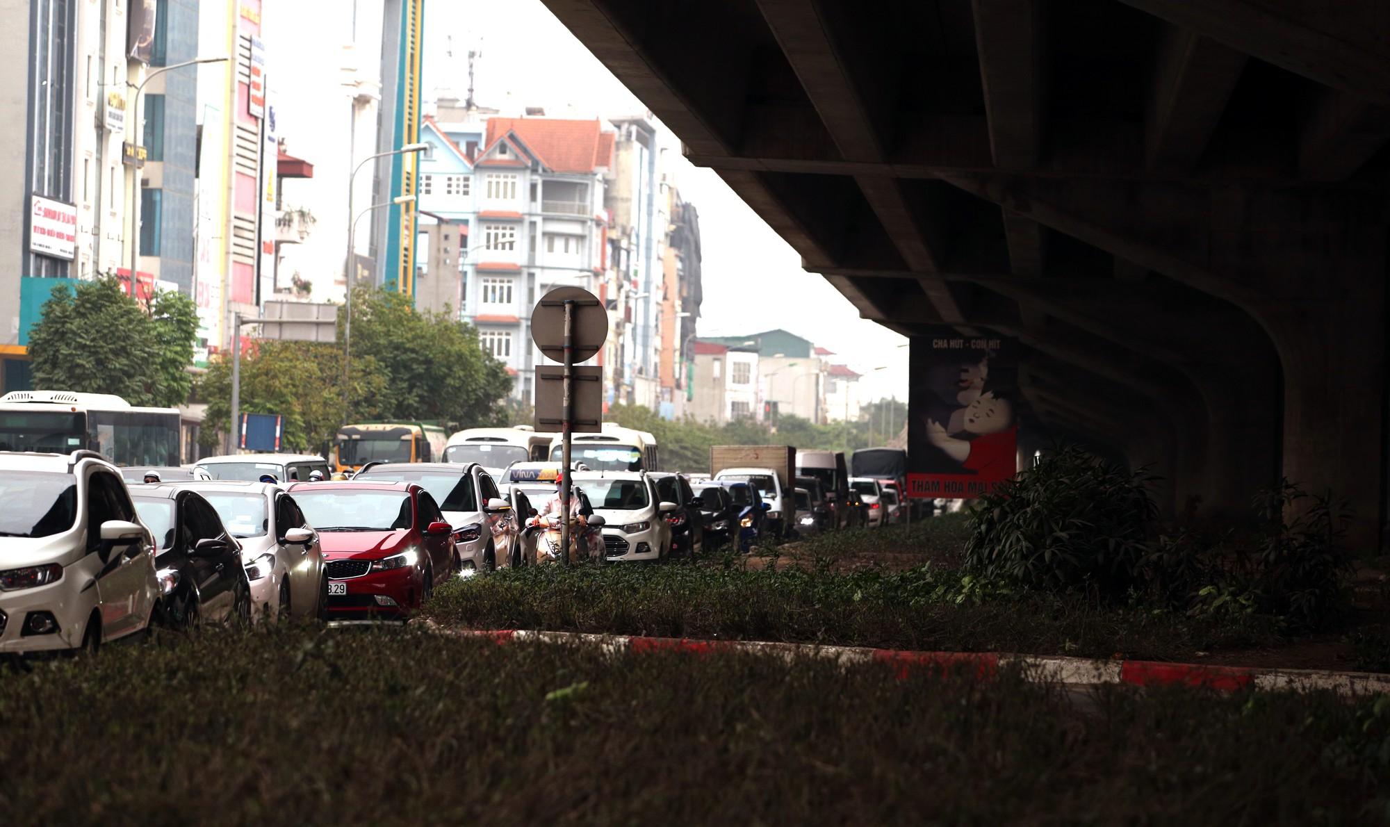 Đường Vành đai 3 xén xong dải phân cách chống ùn tắc, xe máy vẫn phải lao lên vỉa hè  - Ảnh 13.