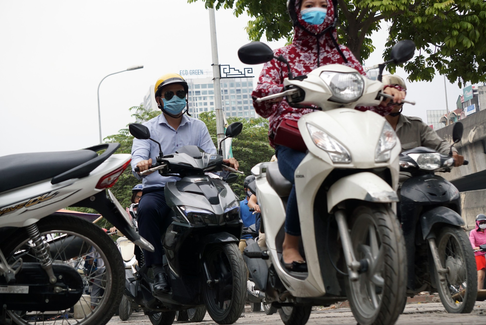 Đường Vành đai 3 xén xong dải phân cách chống ùn tắc, xe máy vẫn phải lao lên vỉa hè  - Ảnh 5.