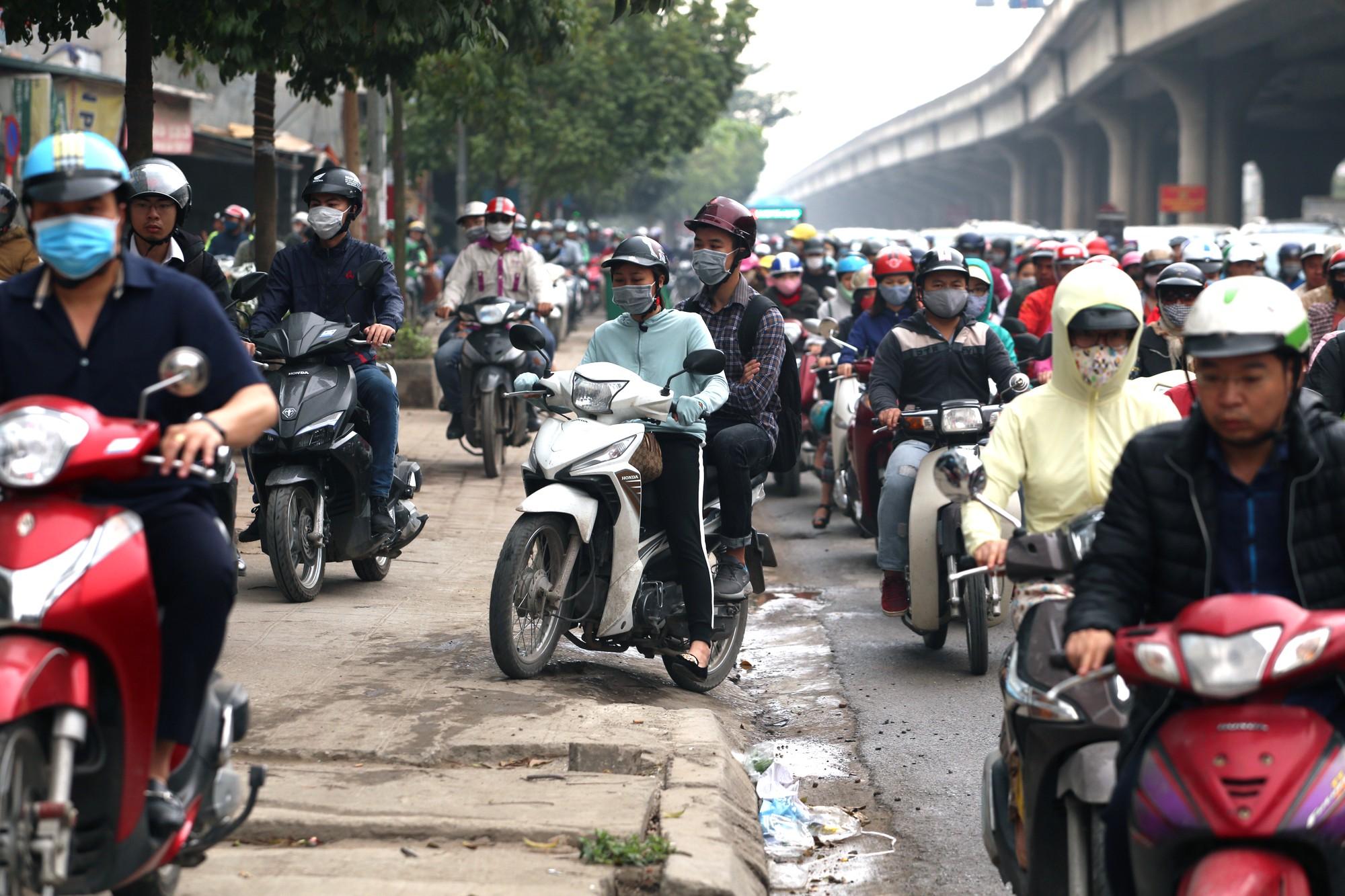 Đường Vành đai 3 xén xong dải phân cách chống ùn tắc, xe máy vẫn phải lao lên vỉa hè  - Ảnh 6.