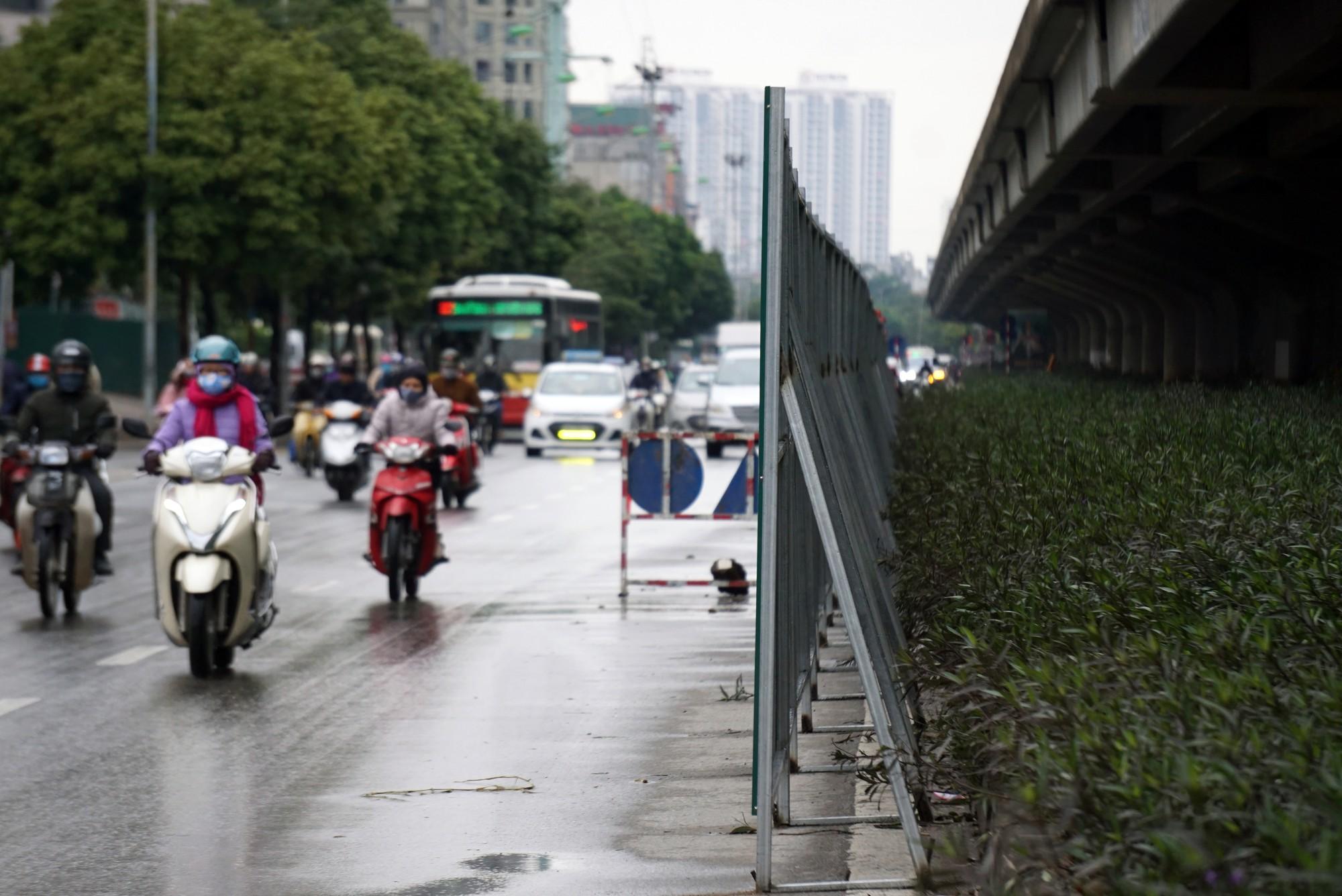Đường Vành đai 3 xén xong dải phân cách chống ùn tắc, xe máy vẫn phải lao lên vỉa hè  - Ảnh 1.