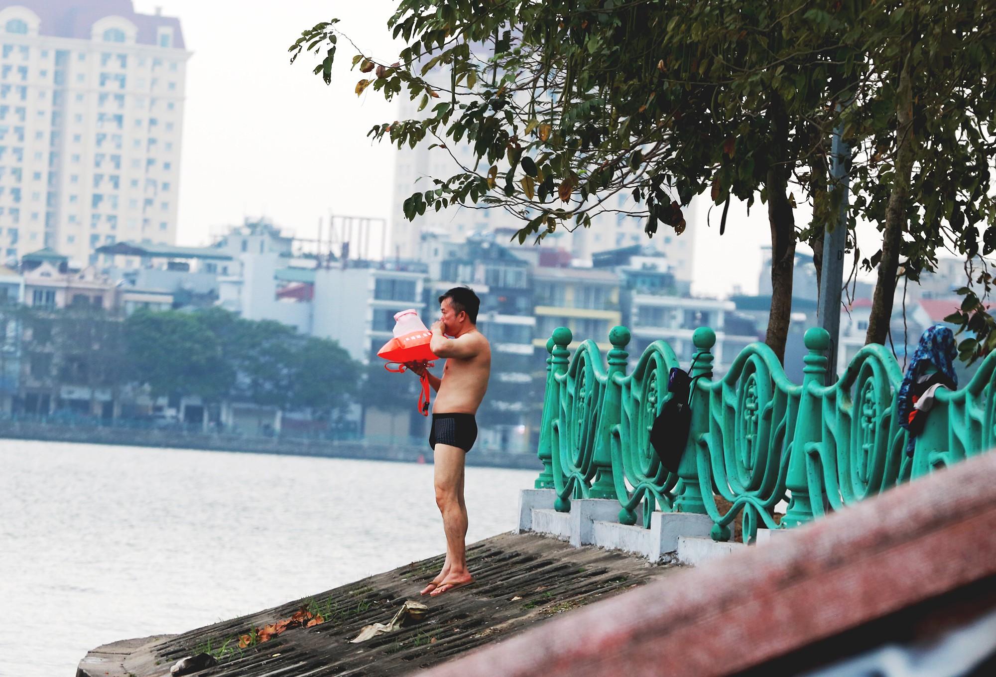 Hà Nội: Người lớn, trẻ nhỏ dắt nhau ra hồ Tây giải nhiệt ngày nắng nóng - Ảnh 1.