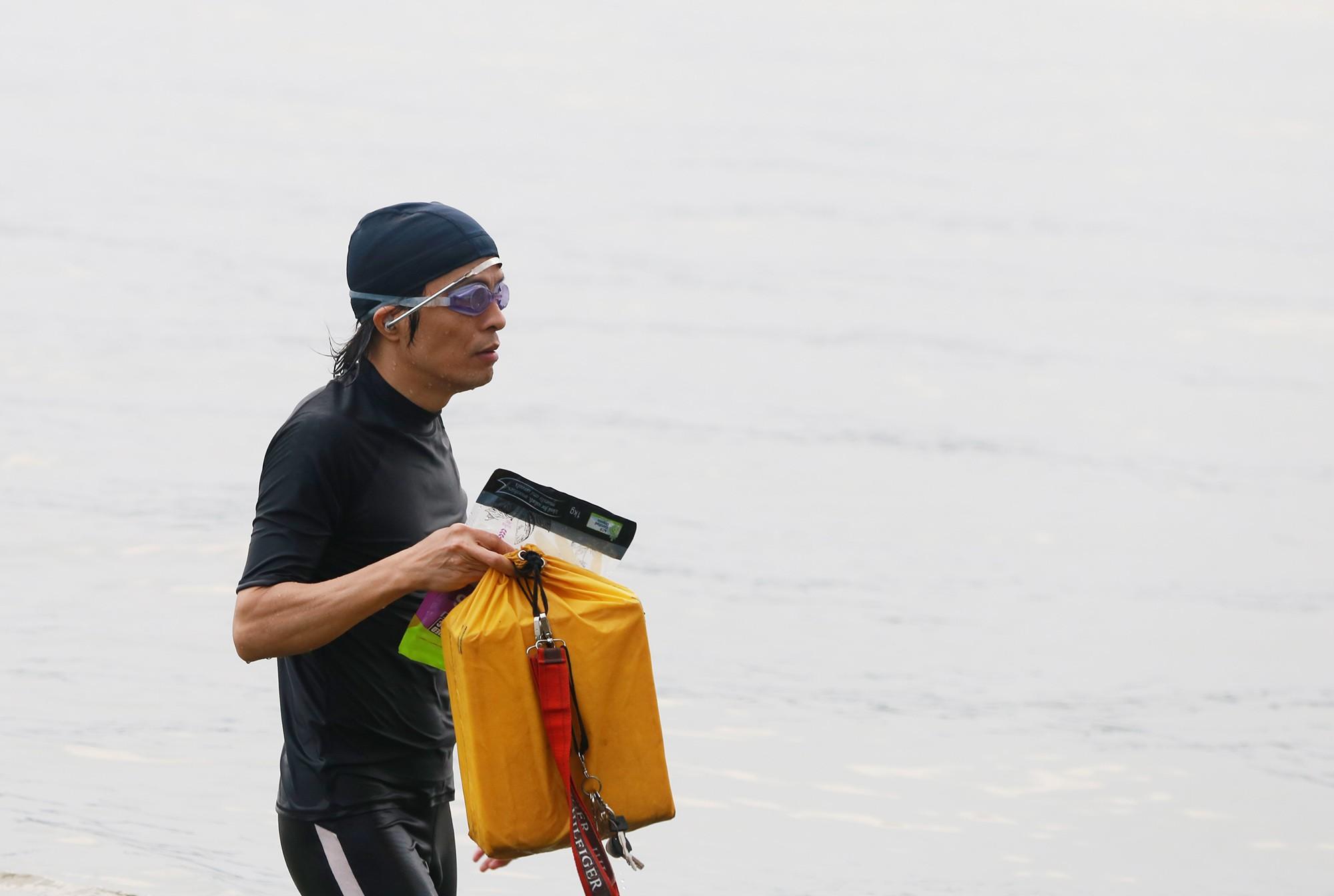 Hà Nội: Người lớn, trẻ nhỏ dắt nhau ra hồ Tây giải nhiệt ngày nắng nóng - Ảnh 2.