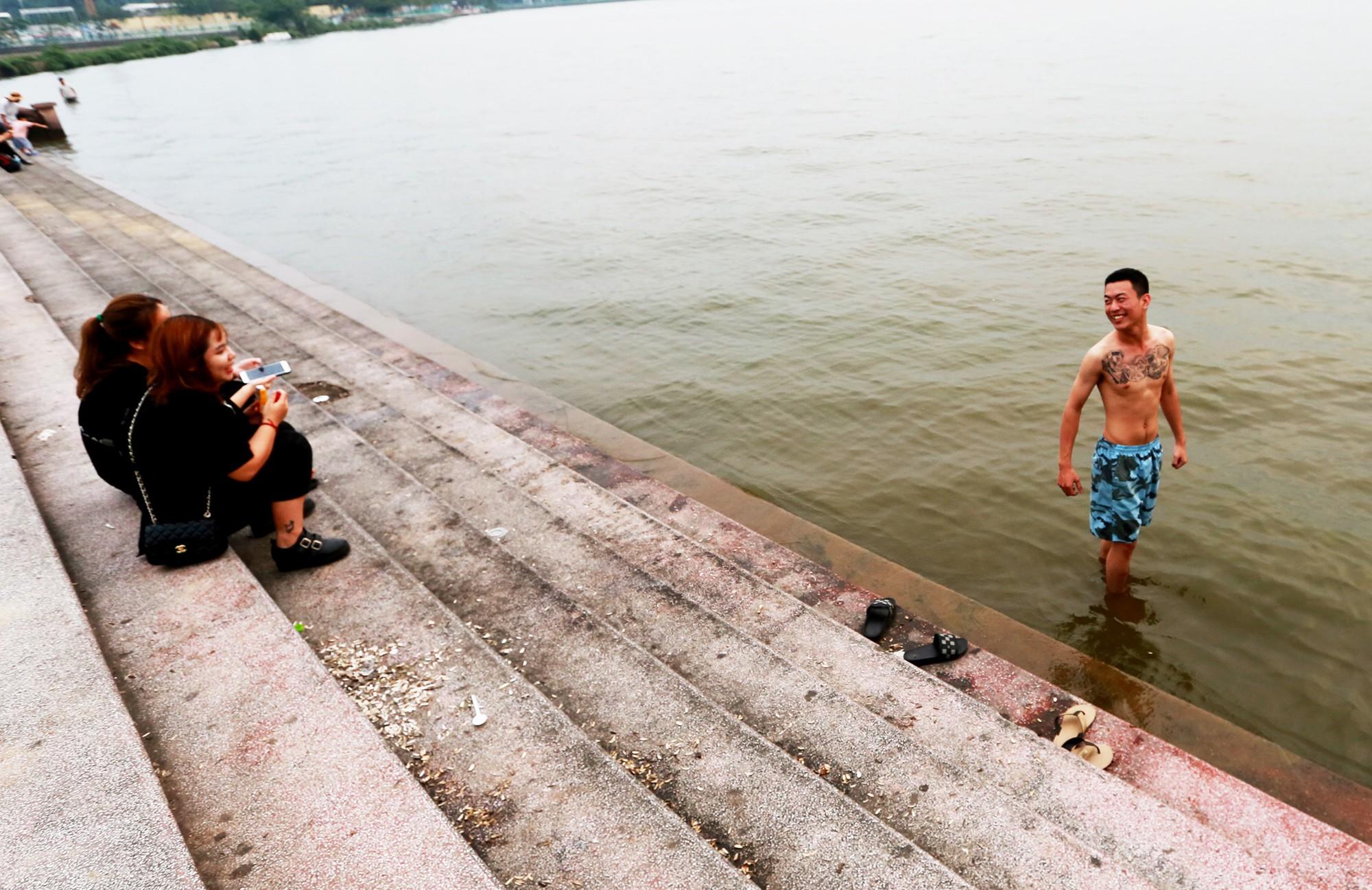 Hà Nội: Người lớn, trẻ nhỏ dắt nhau ra hồ Tây giải nhiệt ngày nắng nóng - Ảnh 5.