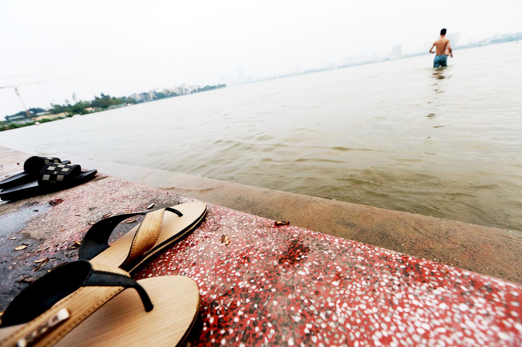 Hà Nội: Người lớn, trẻ nhỏ dắt nhau ra hồ Tây giải nhiệt ngày nắng nóng - Ảnh 6.