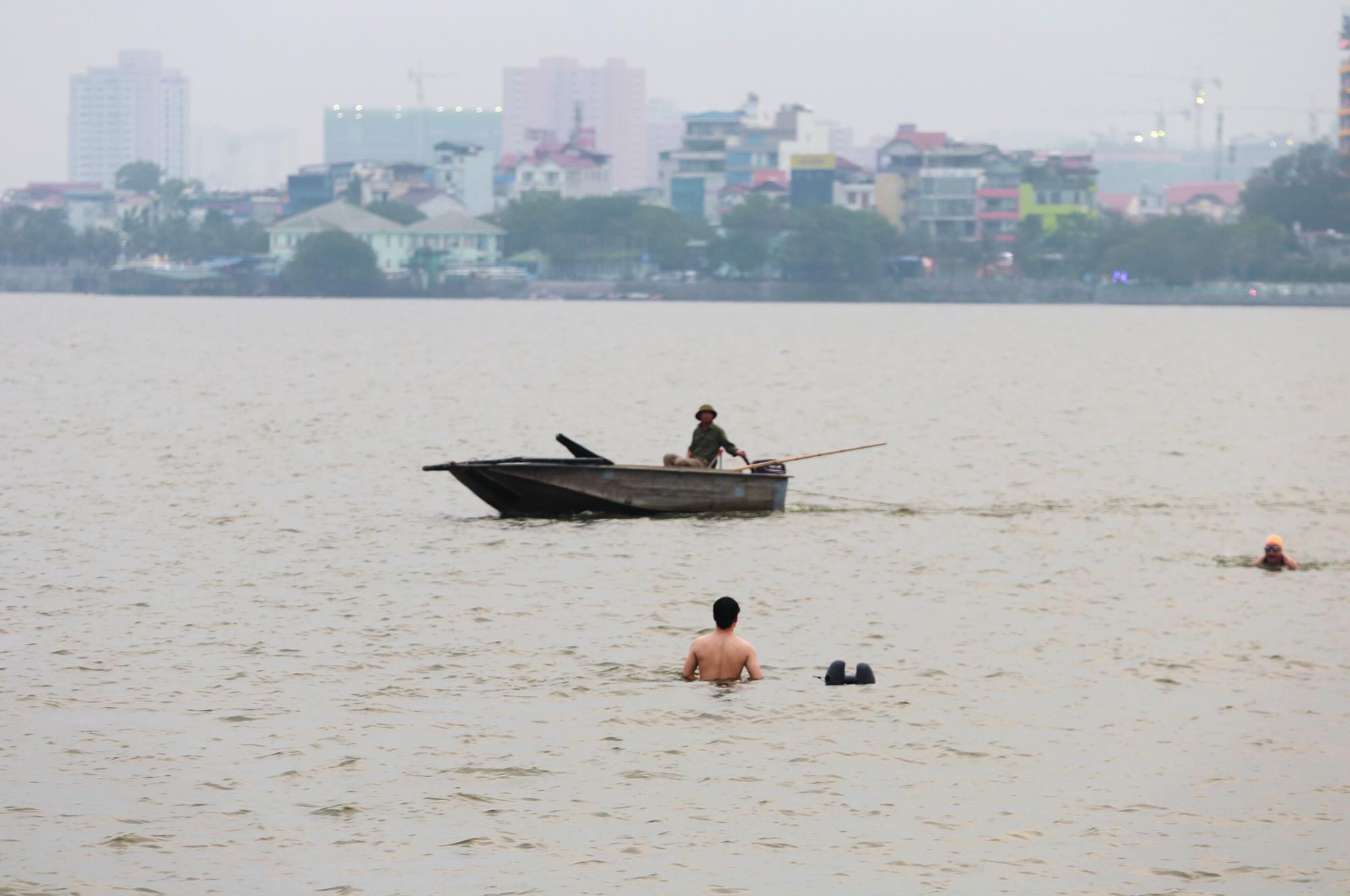 Hà Nội: Người lớn, trẻ nhỏ dắt nhau ra hồ Tây giải nhiệt ngày nắng nóng - Ảnh 4.