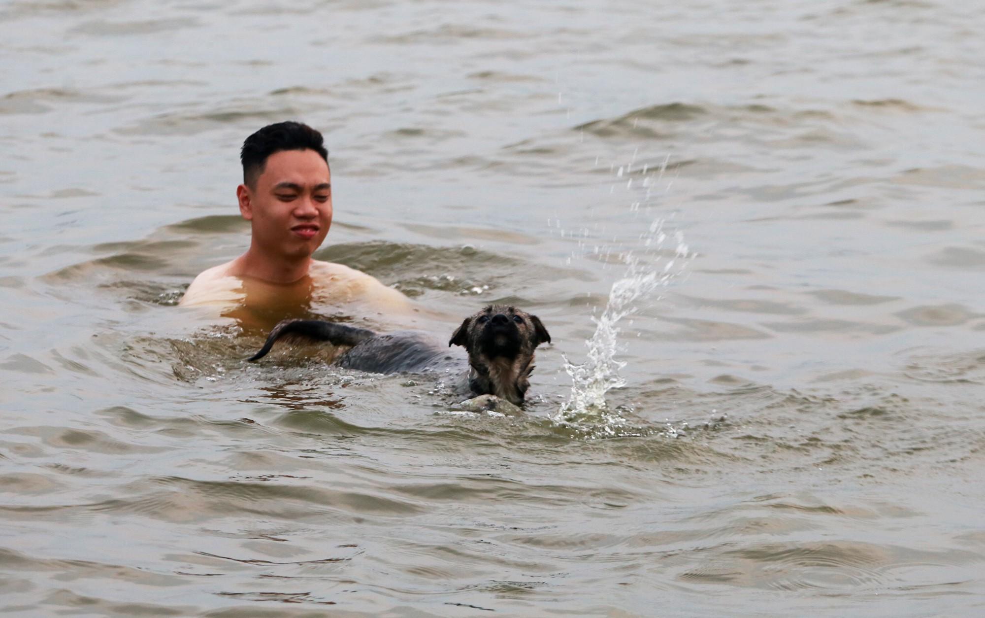 Hà Nội: Người lớn, trẻ nhỏ dắt nhau ra hồ Tây giải nhiệt ngày nắng nóng - Ảnh 9.