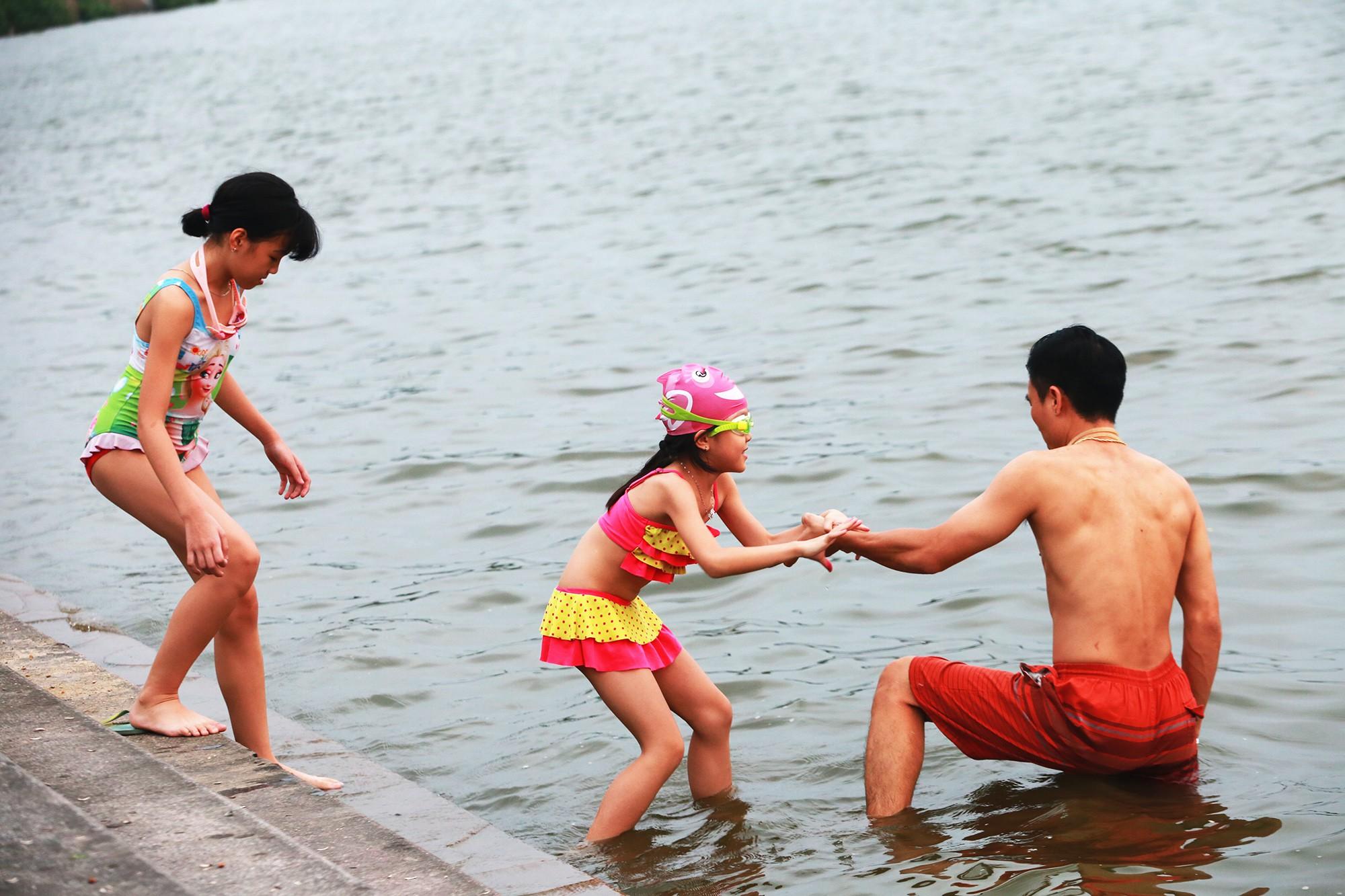 Hà Nội: Người lớn, trẻ nhỏ dắt nhau ra hồ Tây giải nhiệt ngày nắng nóng - Ảnh 11.