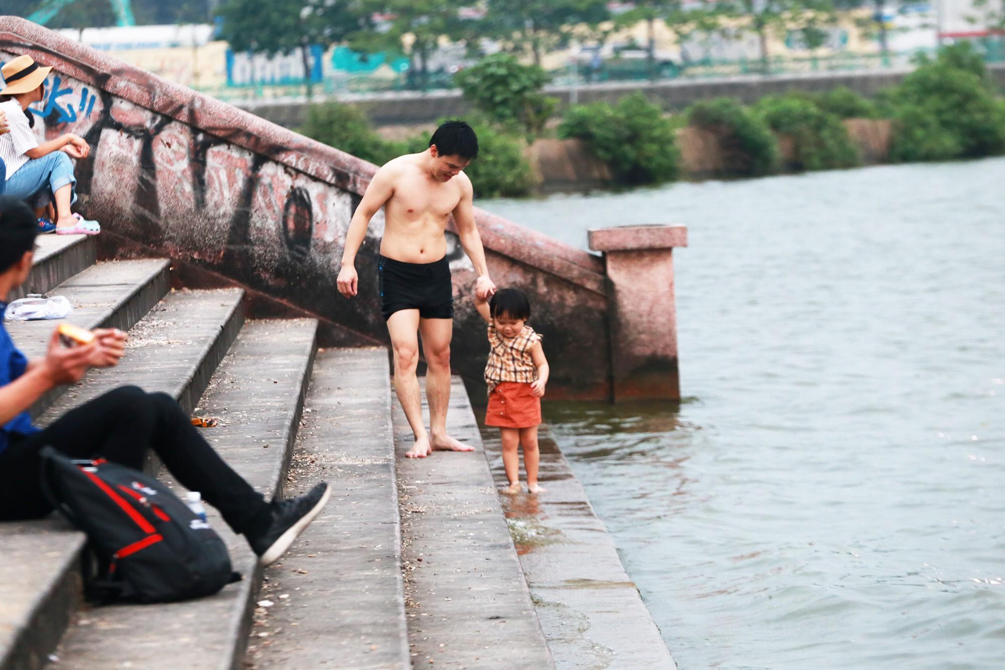 Hà Nội: Người lớn, trẻ nhỏ dắt nhau ra hồ Tây giải nhiệt ngày nắng nóng - Ảnh 13.