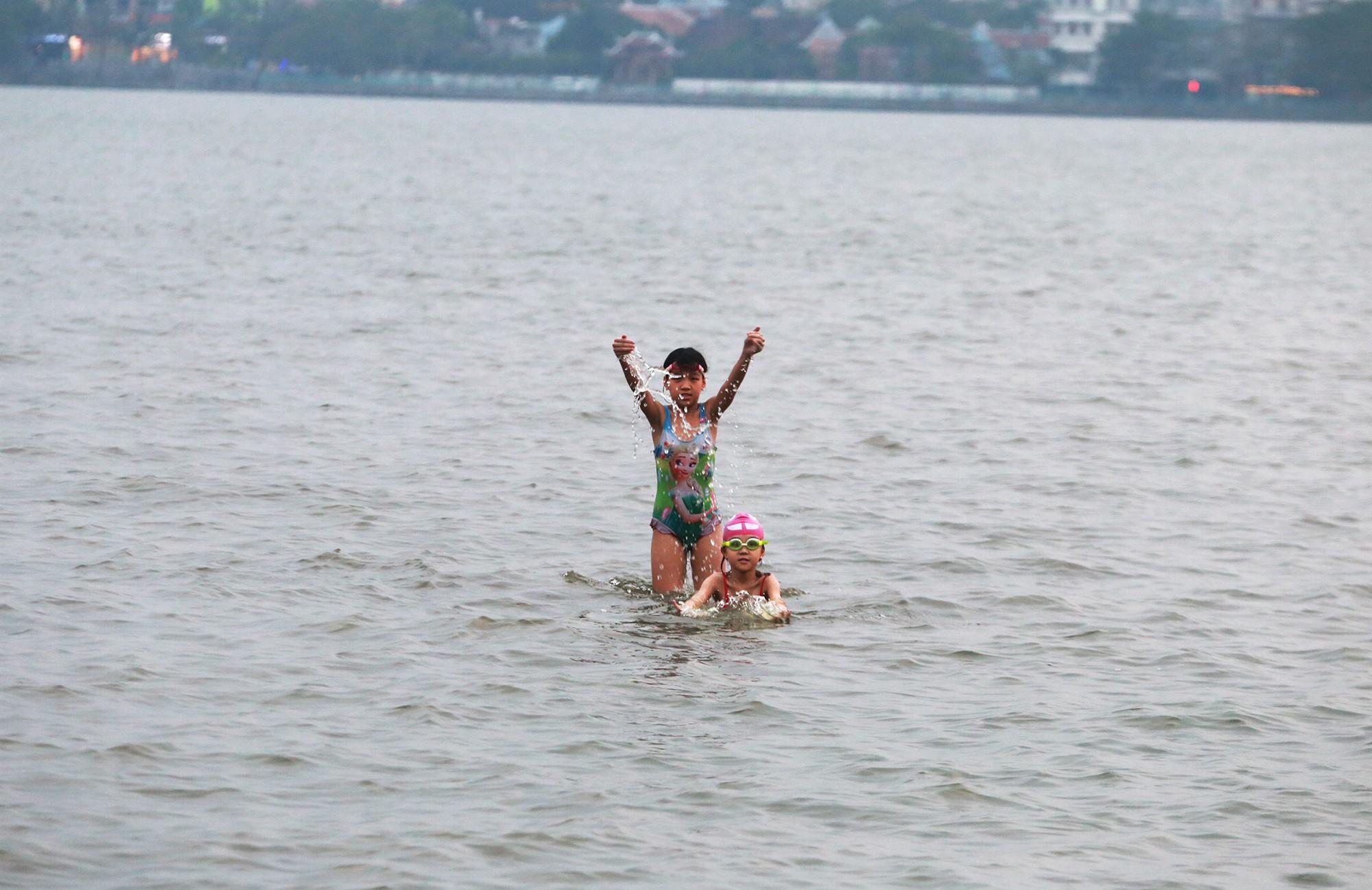 Hà Nội: Người lớn, trẻ nhỏ dắt nhau ra hồ Tây giải nhiệt ngày nắng nóng - Ảnh 12.